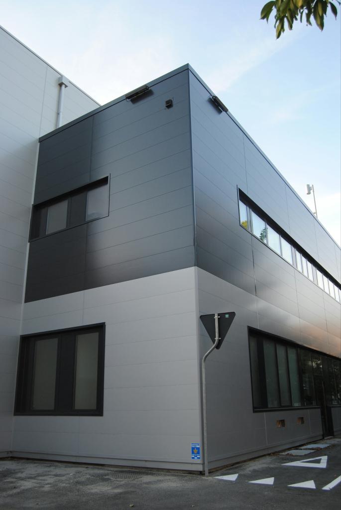 металлическая панель на здании.