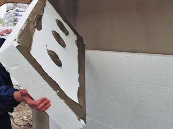 Приклеиваем лист к стене