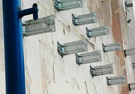 Пример установленных кронштейнов на фасаде здания.