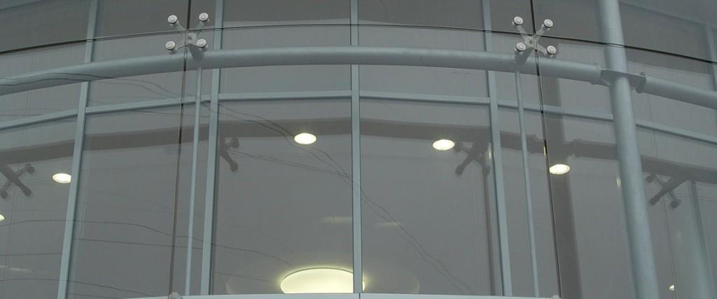 Спайдерная фасадная система с остеклением.