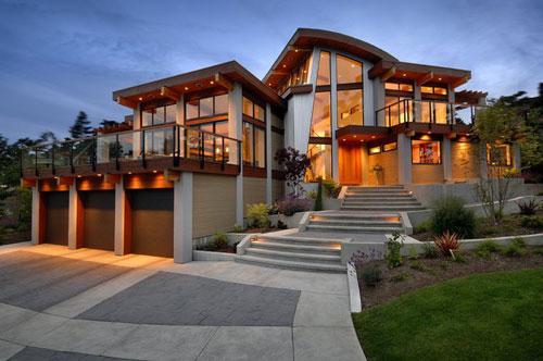 Частный дом со стеклянным фасадом