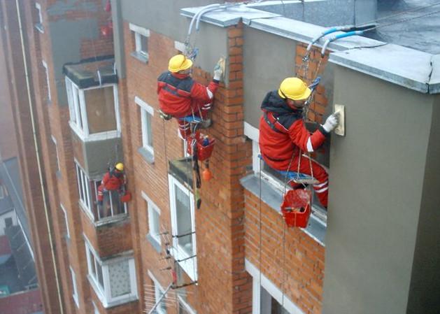 Покрытие штукатуркой ремонтируемого здания.