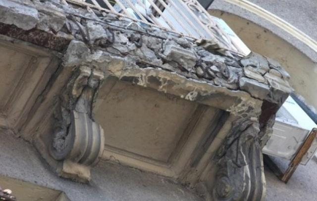 В Москве прохожий погиб от падения фрагмента балкона