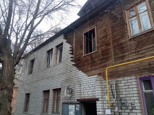 Жители Волгограда требуют от чиновников переселения из дома с обрушившейся стеной